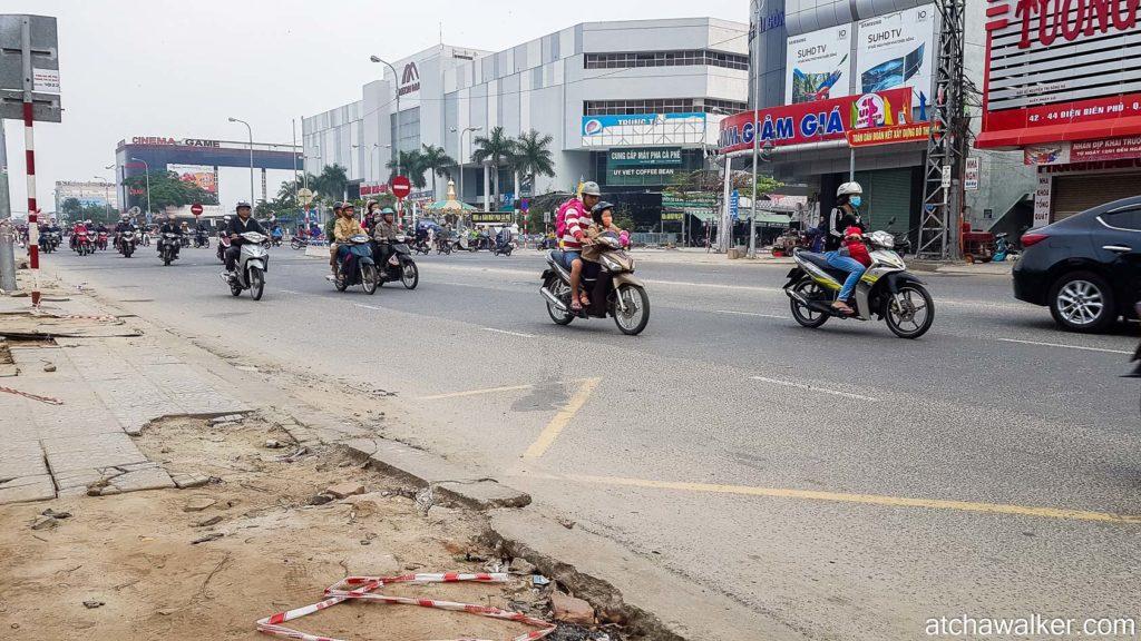 En attendant le bus pour Hoi An, un flot ininterrompu de deux roues - Da Nang.