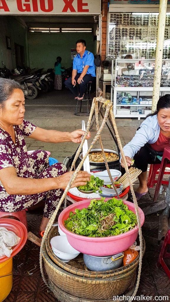 Soupe de nouilles dans la rue...1€ - Hue