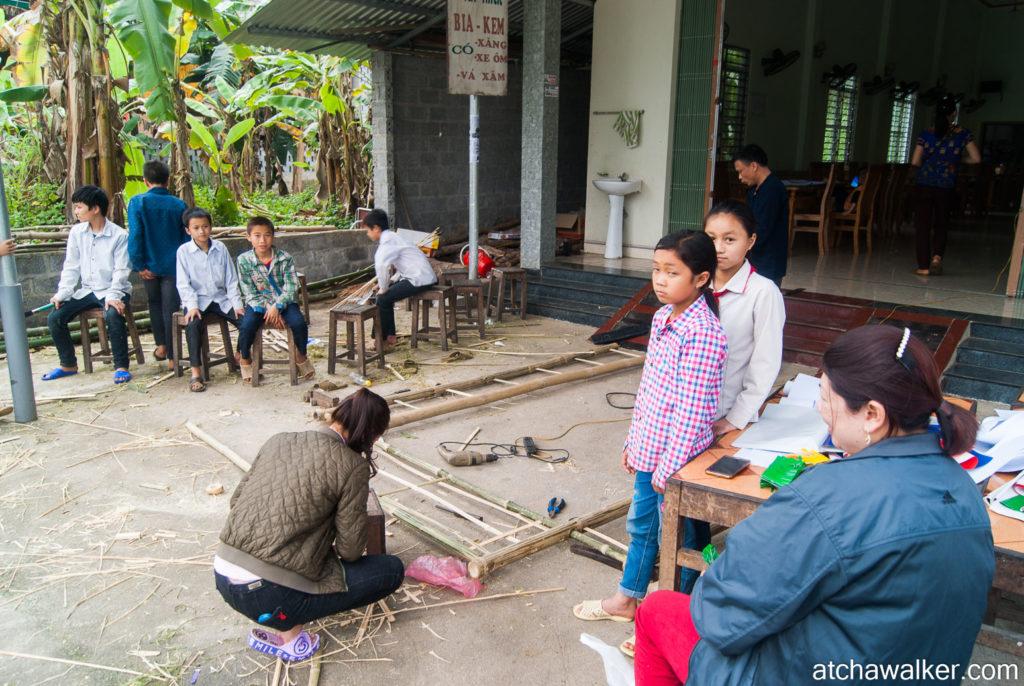 Fabrication de déco en bambou par des enfants pour une fête - Ha Giang
