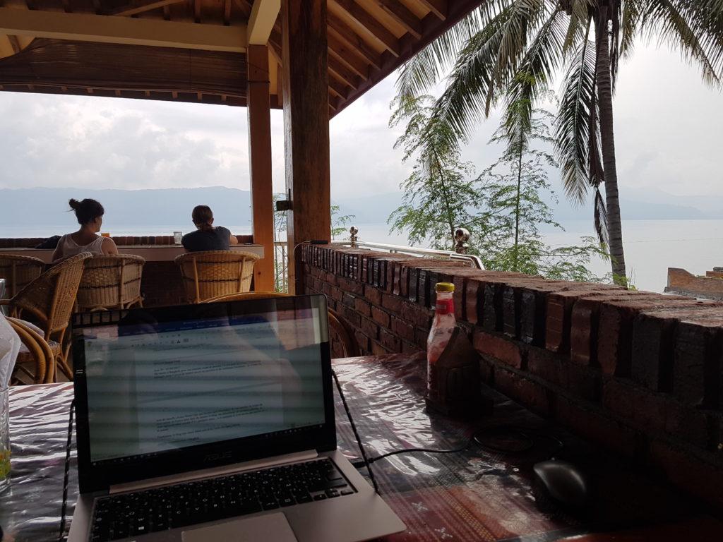 Bureau installé depuis l'Orari Restaurant sur l'ïle de Samosir au Lac Toba - Indonésie