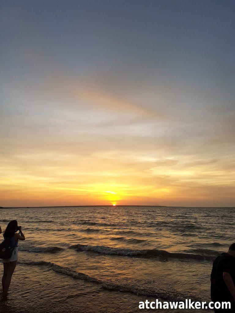 Sunset à Mindil beach. Pas de baignade, danger méduse…frustrant. Le contraste avec Bali est saisissant et plaisant, c'est clean et il n'y à personne.