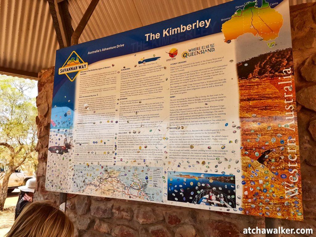 Checkpoint pour passer dans les territoires de l'ouest. C'est pas la douane mais presque. Les Australiens sont paranos sur la préservation de la faune et la flore, il est interdit de passer le checkpoint avec des fruits et légumes frais...d'où les nombreux stickers sur le panneau...