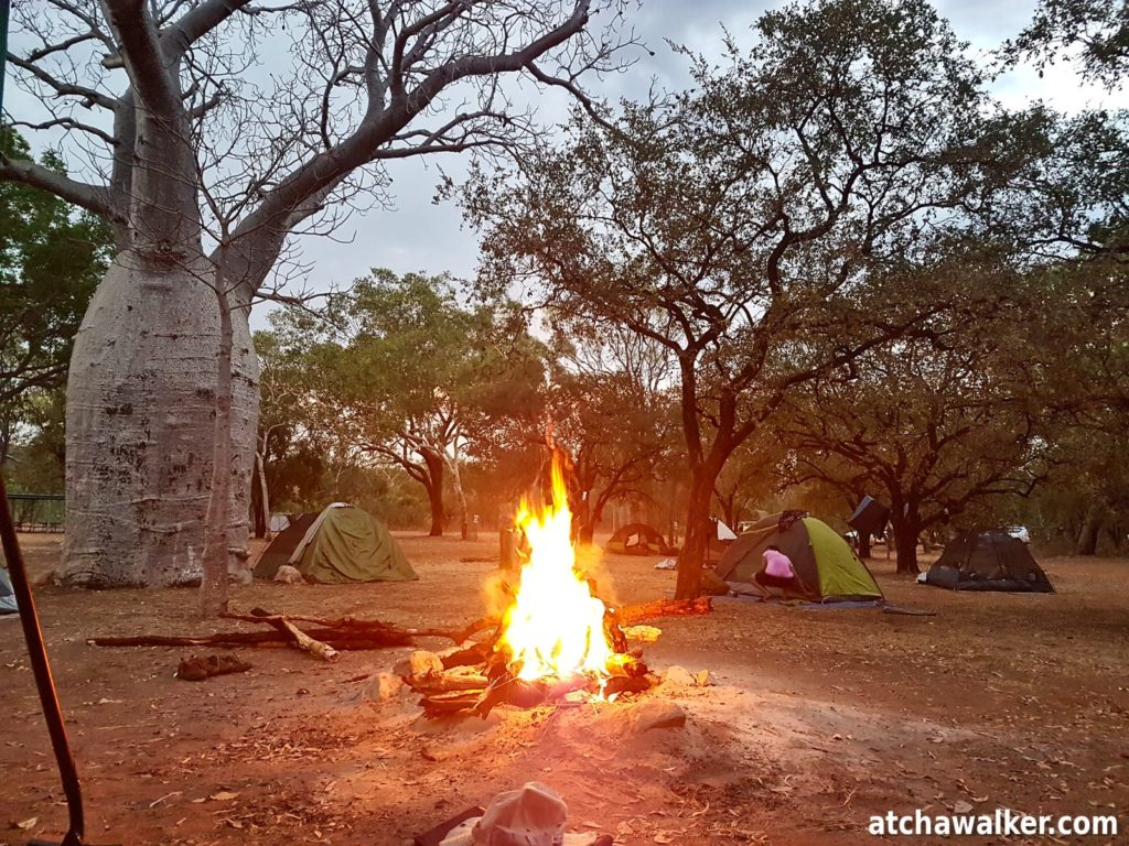 Le temps est à l'orage...pour m'épargner le montage d'une tente, je poserais mon swag sous un préau (nous sommes ce soir sur une zone de camping aménagée).